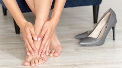 fájdalom a láb lábainak ízületeiben járás közben