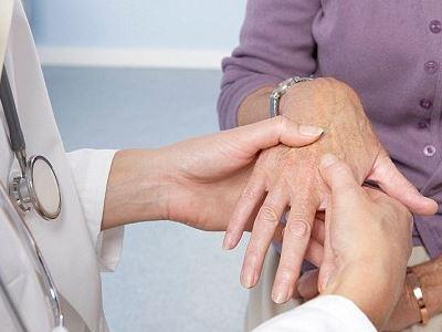 heves fájdalom a középső ujj ízületében