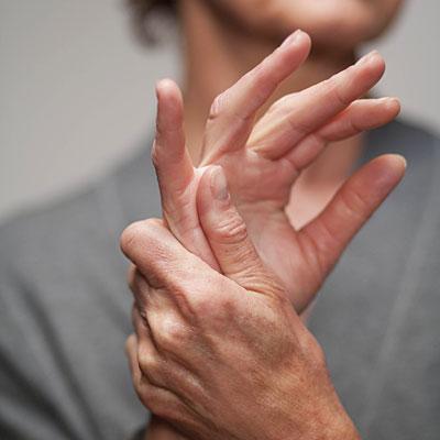 a kézízületek fájdalmának oka)